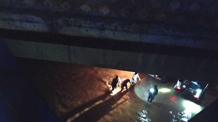 Hendak Rayakan Ultah Komunitas di Eks Galian C, 7 Mobil Jeep Willys Diterjang Air Bah di Sungai Unda