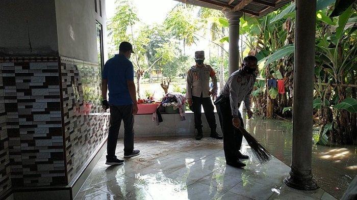 Personel Polsek Negara Kerja Bakti, Bantu Bersihkan Bekas Banjir di Pebuahan