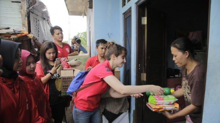 Kompak Pakai Kaus dan Jaket Partai, PSI Pusat Gotong Royong Bersihkan Sisa-sisa Banjir