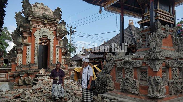 Akibat Gempa Situbondo Kori Agung Ambruk Timpa Bale Pengaksaran Mangku di Pura Puseh Mendoyo