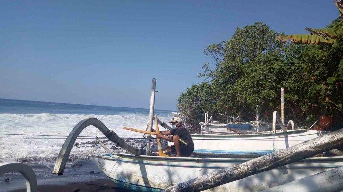 Puluhan Jukung Nelayan di Ujung Pesisi Karangasem Rusak Diterjang Gelombang Tinggi