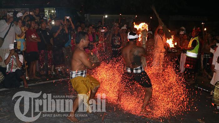 Lihat Fotonya, Para Pemuda Puri Satria Saling Pukul Gunakan Daun Kelapa Yang Telah Dibakar