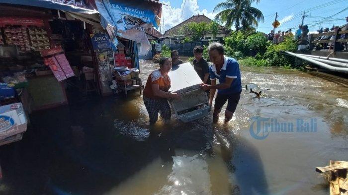 Banjir di Banjar Pancingan Kusamba Klungkung, Sutami Berusaha Selamatkan Barang Dagangan