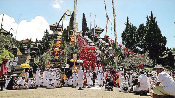 Pamedek mengikuti upacara melasti dengan berjalan kaki dari Pura Besakih menuju Pura Tegal Suci, Kamis (29/3/2018).