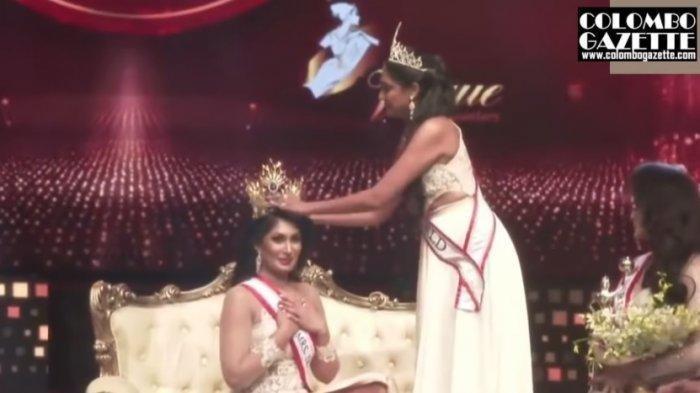 Momen saat Pushpika De Silva dipanggil sebagai pemenang Ratu Sri Lanka 2021 oleh Caroline Jurie, pemenang Mrs World 2019.
