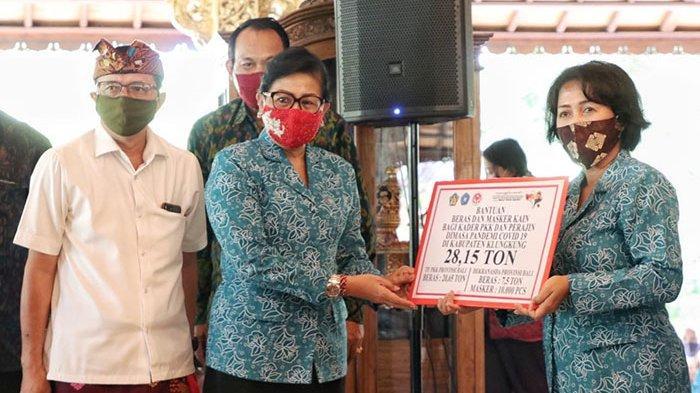Ketua TP PKK Provinsi Bali Serahkan Bantuan 410,9 Ton Beras & 90.000 Masker Kepada Warga Terdampak