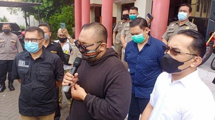Putu Aribawa yang mengumpat pengunjung lain di  satu mal di Surabaya karena pakai masker ditangkap Satreskrim Polrestabes Surabaya, Selasa 4 Mei 2021.