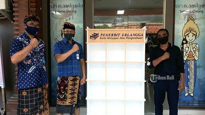 Tingkatkan Daya Literasi, Penerbit Erlangga Bali Sumbang Rak dan Ratusan Buku di Desa Sumerta Kelod