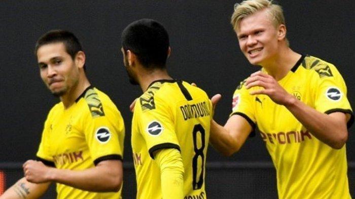 Raphael Guerreiro, Mahmoud Dahoud dan Erling Braut Haaland saat melakoni laga Borussia Dortmund vs Schalke 04 dalam lanjutan pekan ke-26 Bundesliga, kasta tertinggi Liga Jerman, Sabtu (16/5/2020)