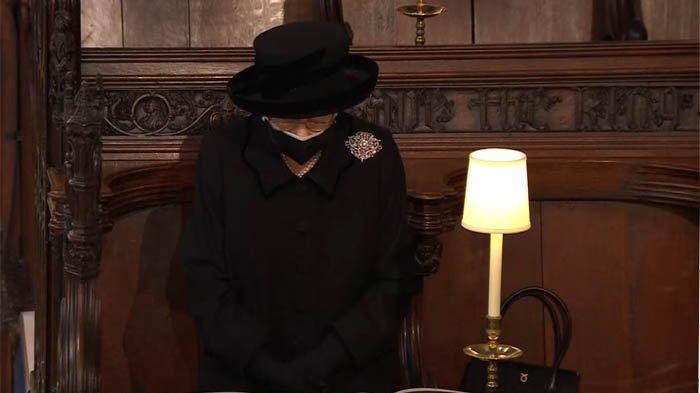 Ratu Elizabeth II saat mengikuti ibadah pemakaman suaminya Pangeran Philip di Gereja St George, Sabtu 17 April 2021.