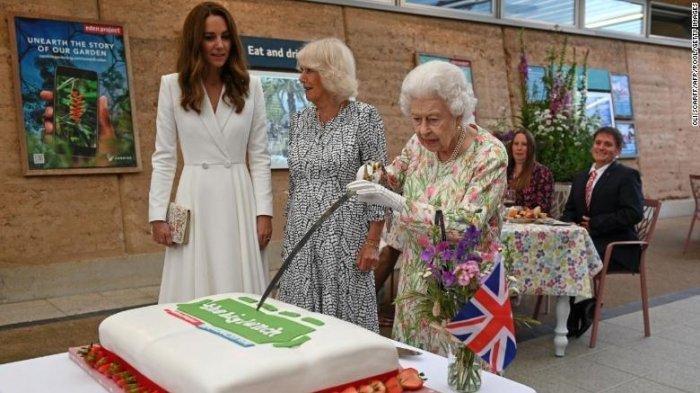 Aksi Ratu Elizabeth Gunakan Pedang untuk Potong Kue, Begini Reaksi Kate Middleton
