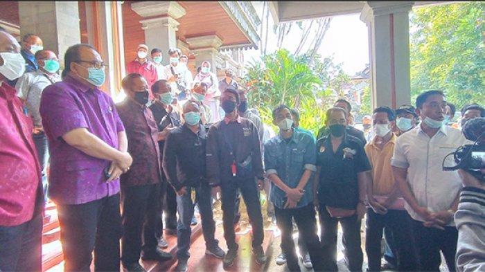 Ratusan Orang Tua Siswa Datangi DPRD Bali,Sampaikan Aspirasi Agar Anaknya Dapat Masuk Sekolah Negeri