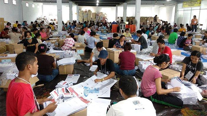 Ratusan Warga Ikut Melipat Surat Suara di Tabanan, per Hari Bisa Dapat Rp 150 Ribu