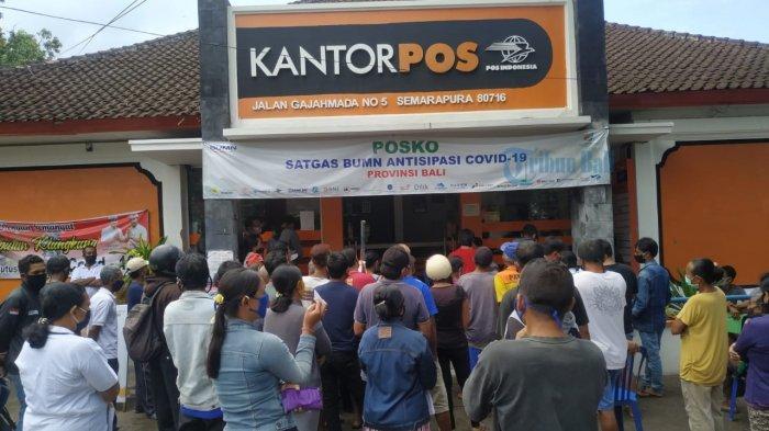 Ratusan Warga Antre Berdesakan Terima BST Tahap ke III di Kantor Pos Cabang Semarapura Klungkung