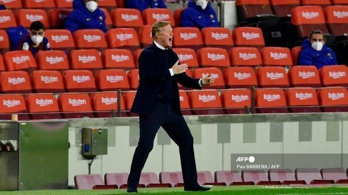 Reaksi pelatih Barcelona asal Belanda Ronald Koeman saat pertandingan sepak bola Liga Spanyol antara FC Barcelona dan Real Valladolid FC di stadion Camp Nou di Barcelona pada 5 April 2021.