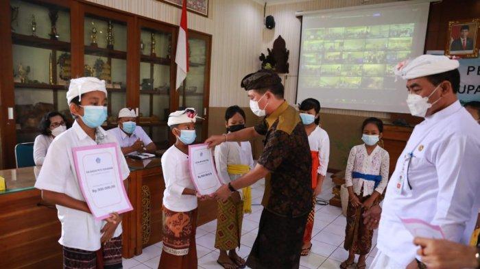 Ribuan Siswa dari Keluarga Kurang Mampu di Klungkung Terima Beasiswa