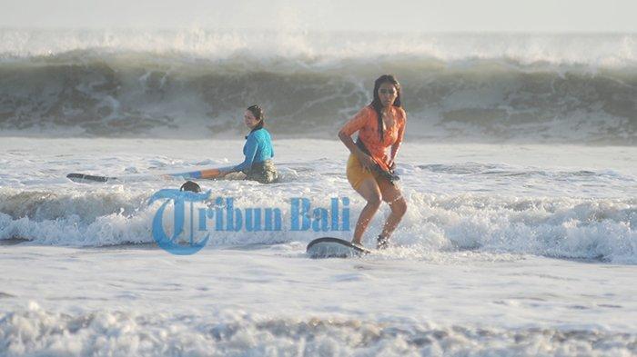 Kartini Go Surfing Ajak Kaum Perempuan Berselancar dengan Berkebaya di Pantai Kuta