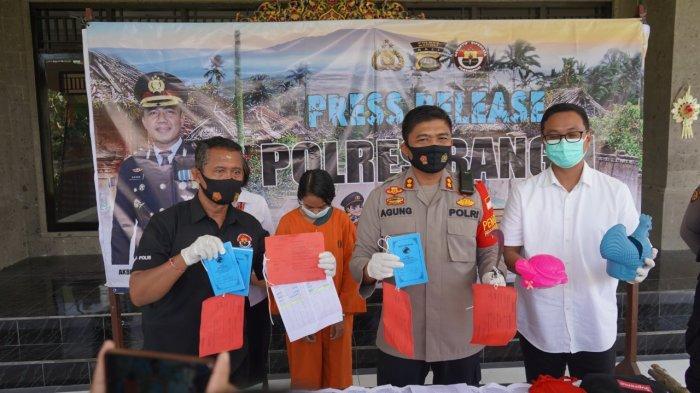Kapolres Bangli AKBP I Gusti Agung Dhana Aryawan (tengah), didamingi Kasubag Humas (kiri) dan Kasat Reskrim Polres Bangli (kanan) dalam rilis kasus pencurian, Senin (11/10/2021)