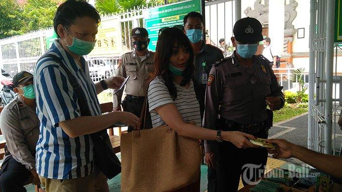 Artis Rina Nose didampingi suaminya hadir di Pengadilan Negeri Denpasar, pada Selasa (20/10/2020).