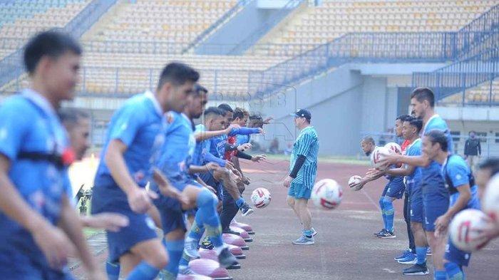 Robert Alberts memimpin sesi latihan perdana Persib Bandung di Stadion GBLA, Senin (10/8/2020).