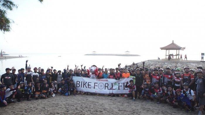 Rodalink Denpasar Ajak Komunitas Sepeda Bali Bersihkan Sampah Plastik di Pantai Sanur