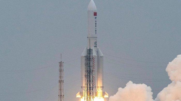 Foto yang diambil pada 29 April 2021 memperlihatkan roket Long March 5B membawa modul stasiun luar angkasa China, Tianhe dari Pos Peluncuran Luar Angkasa Wenchang. Puing-puing besar roket itu diklaim China sudah jatuh dan hancur di Samudra Hindia, dekat Maladewa.