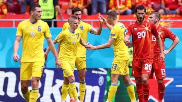 Roman Yaremchuk (tengah, nomor 9) merayakan gol bersama rekan setimnya dalam pertandingan Grup C Euro 2020 Ukraina vs Makedonia Utara di National Arena, Kamis, 17 Juni 2021 malam WIB.