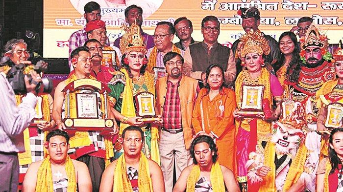 rombongan-kesenian-unhi-di-sela-sela-tampil-di-acara-dipawali-di-india-rabu-7112018_20181108_092626.jpg