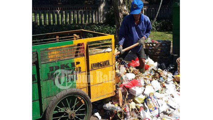 Pria Ini Berlebaran Ditemani Sampah, Belum Berkabar ke Keluarga