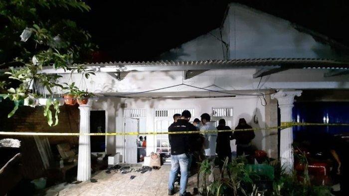 Rumah terduga teroris yang menyerang di Mabes Polri di Gang Taqwa, bilangan Ciracas, Jakarta Timur itu telah dipasangi garis polisi, Rabu (31/3/2021) malam.