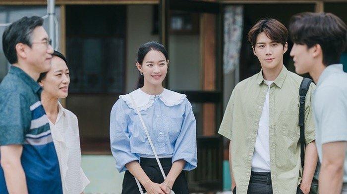 Sinopsis Drama Korea Hometown Cha-Cha-Cha Episode 9, Rumor Kepala Hong Memeluk Hye Jin Tersebar