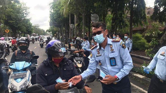 rutan-kelas-iib-gianyar-membagikan-masker-dan-hand-sanitizer-pada-pengguna-jalan.jpg