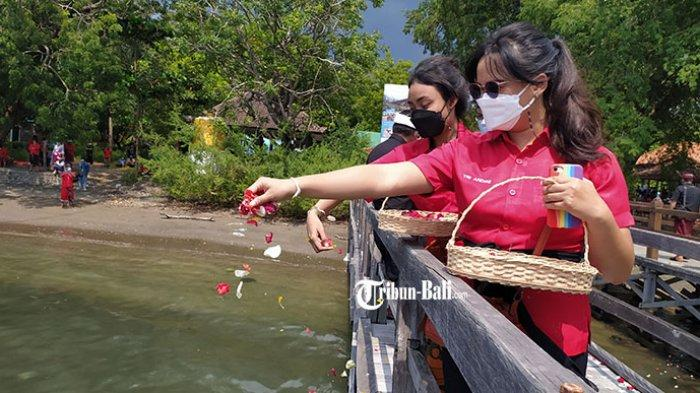 Kader PDI Perjuangan Bali Gelar Tabur Bunga, Bentuk Penghormatan pada 53 Awak KRI Nanggala 402