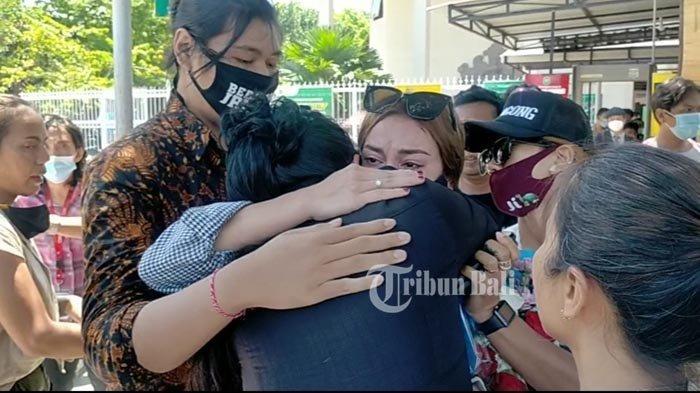 Salah satu kerabat Nora menangis dan memeluk Nora ketika sidang putusan majelis hakim kepada JRX usai, Kamis (19/11/2020). Diketahui sebelumnya majelis hakim memvonis JRX dengan hukuman 1 tahun dan 2 bulan (14 bulan) penjara. Tribun Bali/Ni Luh Putu Wahyuni Sari