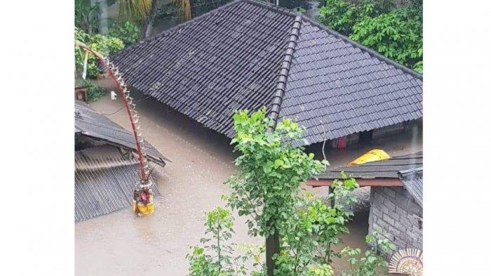 Foto : Salah satu rumah warga terendam air setinggi kurang lebih 2.5 meter di Banjar Bajera Sari, Desa Bajera, Kecamatan Selemadeg, Tabanan, Sabtu (10/10/2020).