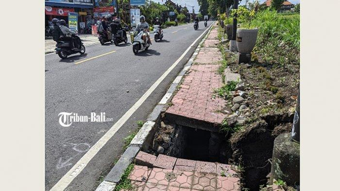 Bahayakan Pejalan Kaki, Lobang Menganga di Trotoar di Desa Akah Klungkung Dikeluhkan Warga