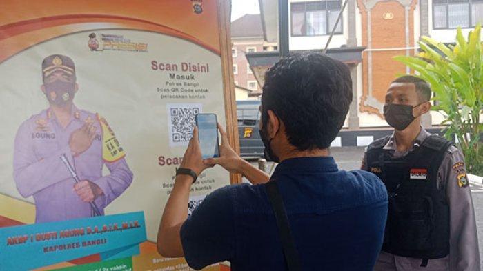 Masuk Polres Bangli, Pengunjung Wajib Scan QR Code PeduliLindungi