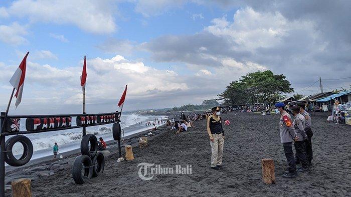 Satgas Covid-19 Klungkung mengawasi warga yang melaksanakan banyupinaruh di Pantai Watu Klotok, Kabupaten Klungkung, Bali, Minggu 29 Agustus 2021.