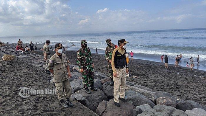 Warga Melukat di Pantai Watu Klotok, Diawasi Ketat Satgas Covid-19 Klungkung