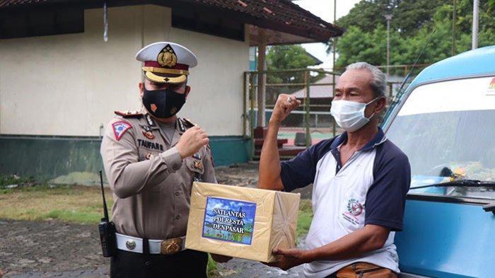 Bagikan Sembako Kepada Sopir Angkot di Denpasar Bali, Kasatlantas Kompol Taufan: Semoga Bermanfaat