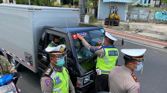 Ops Zebra Lempuyang, Satlantas Denpasar Bagikan 300 Masker dan Stiker