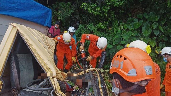 BREAKING NEWS : Pohon Tumbang Timpa Truk di Karangasem Bali, Satu Orang Tewas di Samping Sopir