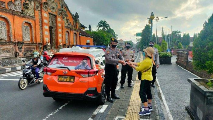 Paket Sembako Habis, Polres Klungkung Bagikan Ikan Bandeng untuk Tarik Minat Warga Vaksinasi