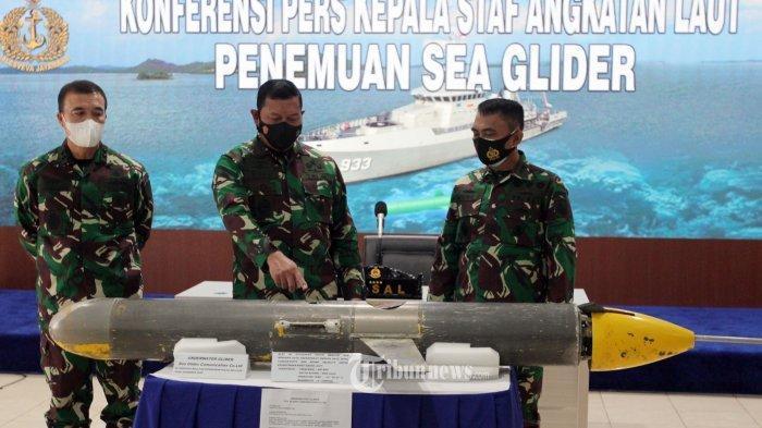 Kepala Staf TNI Angkatan Laut Laksamana TNI Yudo Margono (tengah) bersama jajaran saat menunjukkan sea glider usai memberikan keterangan pers perihal penemuan Sea Glider di Pushidros TNI AL, Jakarta Pusat, Senin (4/2/2021). (Tribunnews/JEPRIMA)