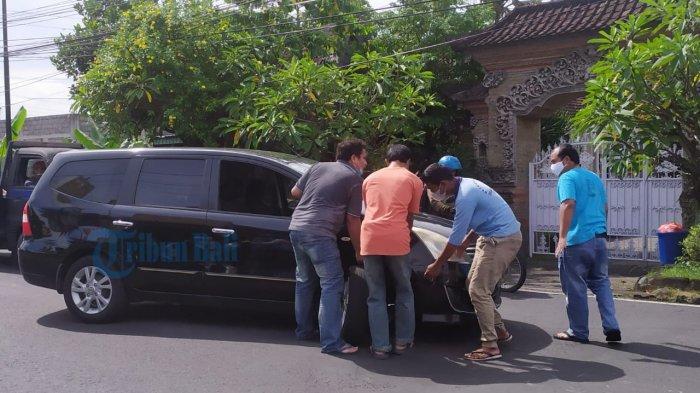 Sebuah Mobil Alami Patah As Pada Roda di Denpasar Bali, Wira: Baru Nyeberang Tiba-tiba Patah