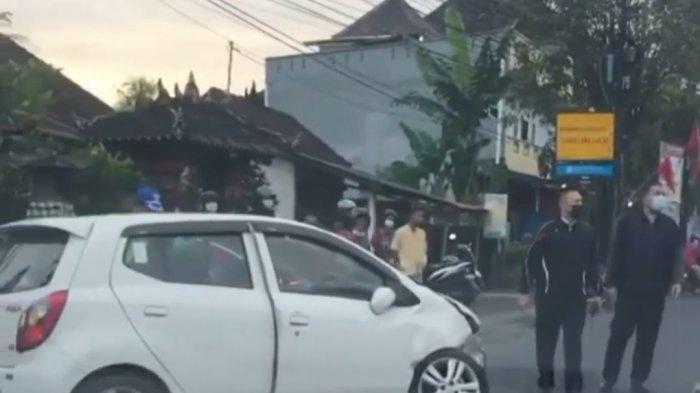 Sebuah Mobil Alami Kecelakaan di Jalan Raya Mengwi Badung, Rusak Pada Bagian Roda Depan