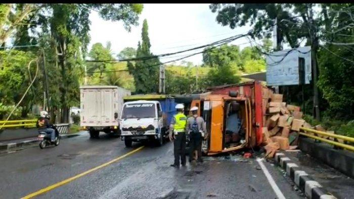 Truk Bermuatan 7 Ton Tergelincir di Tabanan, Diduga Rem Blong Saat Turunan Tajam