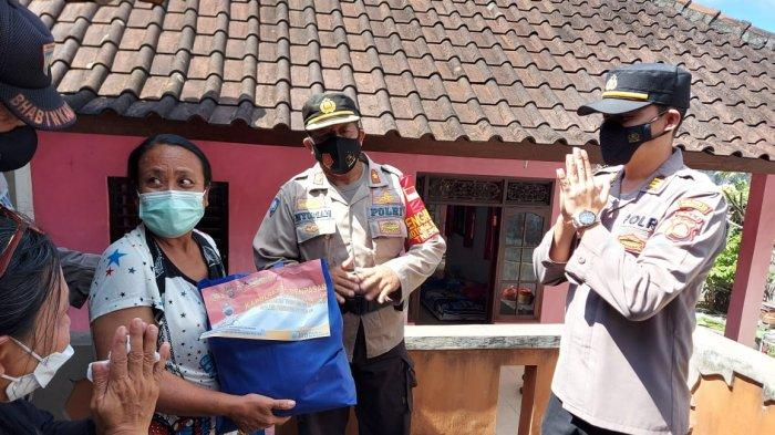 Polresta Denpasar Bagikan Puluhan Sembako kepada Warga yang tengah Menjalani Isolasi Mandiri
