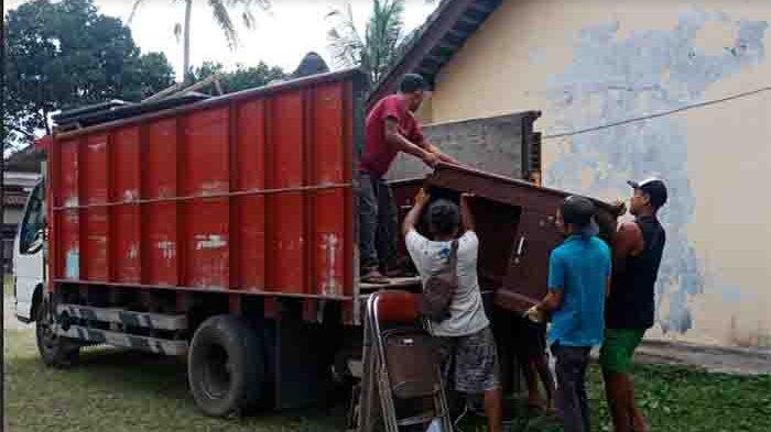 Jelang Dimulainya Pembangunan Kantor DPRD Bangli,Para Staf Pindahkan Barang ke SD Internasional Kubu