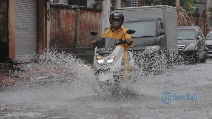 Foto : sejumlah pengendara menerobos banjir di Jalan Kecubung, Denpasar